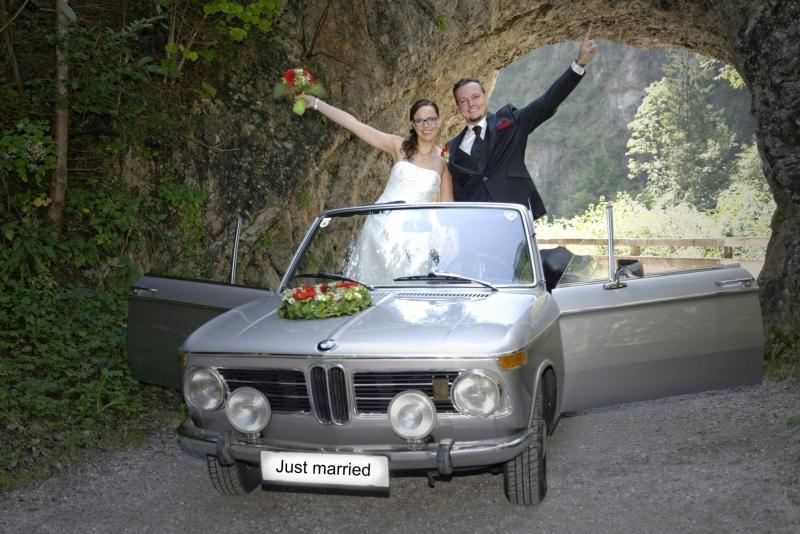 Hochzeitfoto: Brautpaar im Oldtimer © Werner Blauhorn