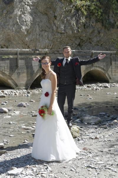 Hochzeitfoto: Brautpaar am Flußverlauf © Werner Blauhorn