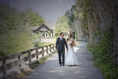 Hochzeitfoto: Brautpaar auf Wanderweg © Werner Blauhorn