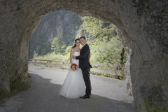 Hochzeitfoto: Brautpaar im Felsdurchgang © Werner Blauhorn