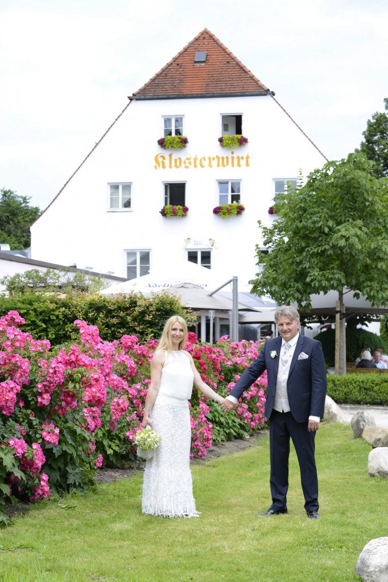 Hochzeitsfotos auf der Fraueninsel vor dem Inselwirt © Werner Blauhorn