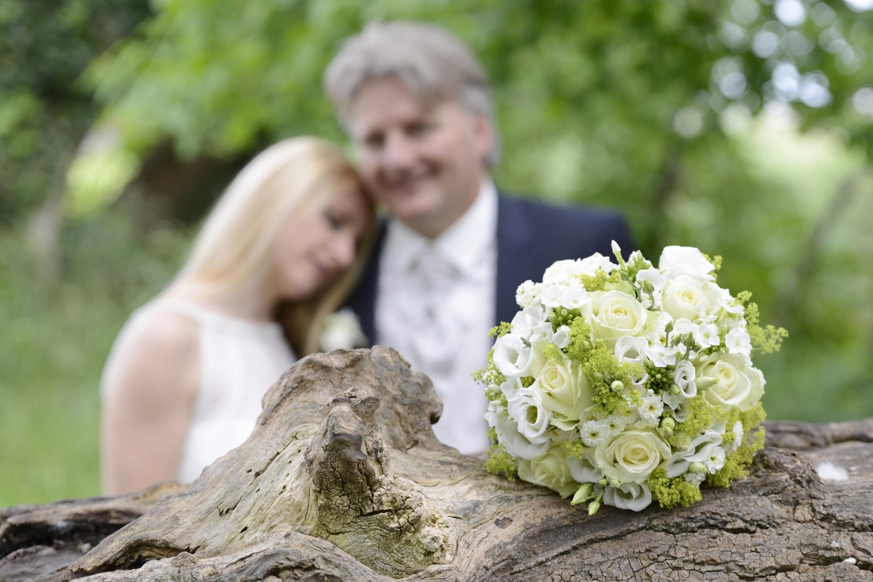 Hochzeitsfotos auf der Fraueninsel mit dem Fokus auf dem Brautstrauß © Werner Blauhorn