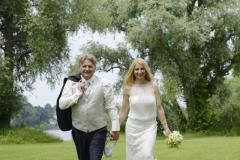 Hochzeitsfotos auf der Fraueninsel: Brautpaar in Bewegung © Werner Blauhorn